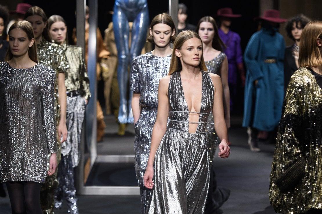 Read more about the article 15 ярких платьев с пайетками на новый год